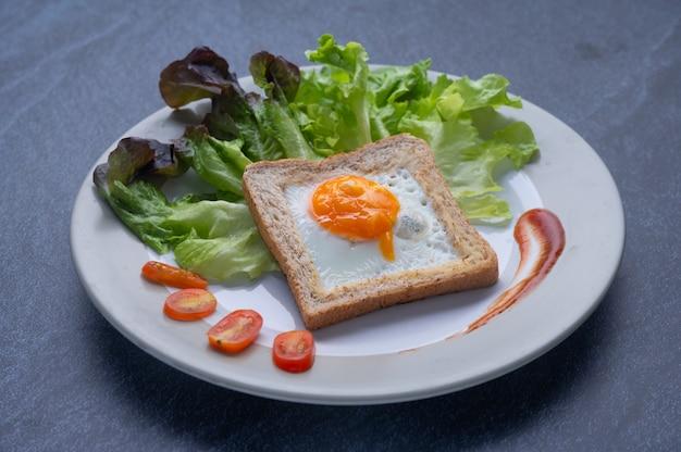 野菜、卵、パンからなる健康食品 Premium写真