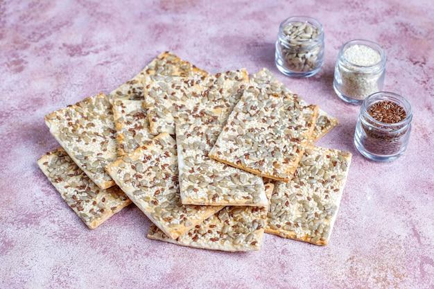 Здоровые свежеиспеченные безглютеновые крекеры с семенами Бесплатные Фотографии