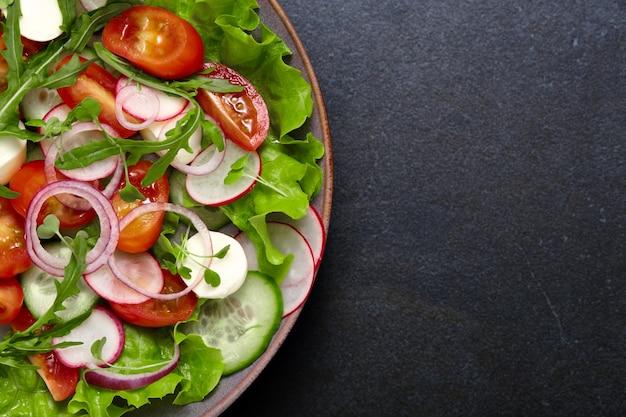야채와 함께 건강하고 신선한 샐러드 프리미엄 사진