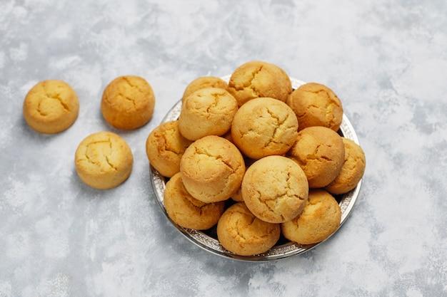 Biscotti fatti in casa sani su calcestruzzo, vista dall'alto Foto Gratuite