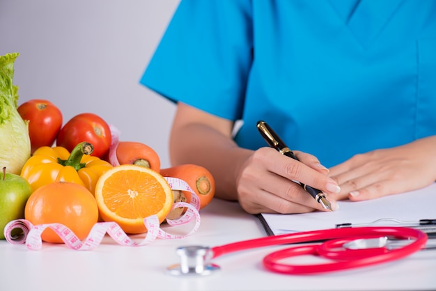 Healthy lifestyle, food and nutrition concept on doctor's desk. Premium Photo