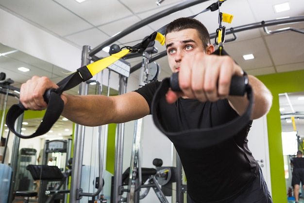 Healthy man training in the gym Free Photo