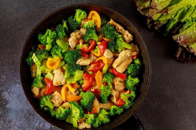 Овощи здорового питания на сковороде или сковороде. концепция кето-диеты. Premium Фотографии