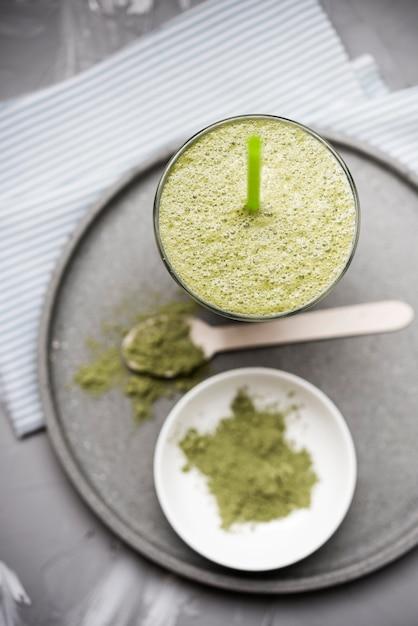 Здоровый органический зеленый коктейль и порошок Бесплатные Фотографии