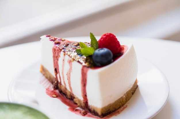 Healthy organic summer dessert pie cheesecake on plate over the table Free Photo