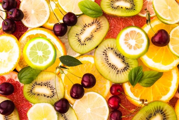 Полезный салат из свежих экзотических фруктов Premium Фотографии