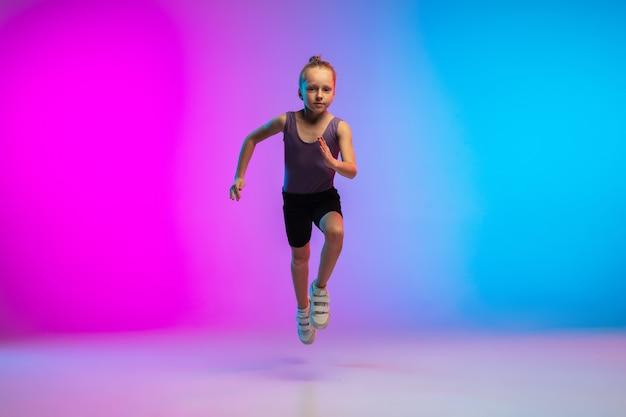 Здорово. девочка-подросток, профессиональный бегун, бегун в действии, движение, изолированное на градиентном розово-голубом фоне в неоновом свете. понятие спорта, движения, энергии и динамичного, здорового образа жизни. Бесплатные Фотографии
