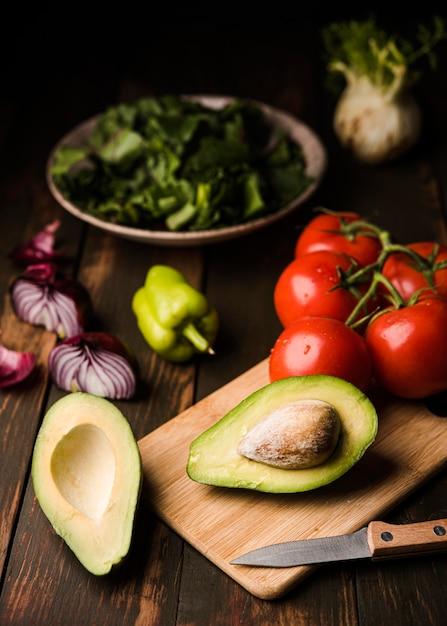 Здоровые помидоры и авокадо высокий вид Бесплатные Фотографии