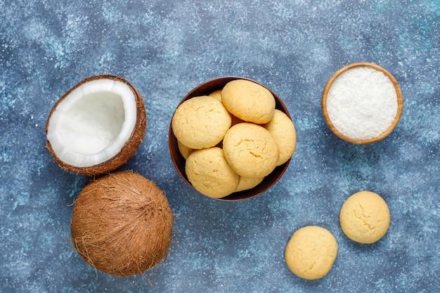 半分のココナッツが入ったヘルシーなビーガン自家製ココナッツクッキー 無料写真
