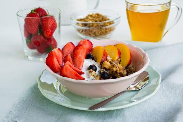 Healthy vegetarian breakfast. a bowl of granola, berries and fruit Premium Photo
