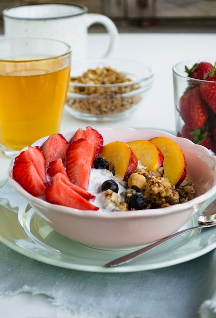 Healthy vegetarian breakfast. a bowl of granola, berries and fruit Premium Photo