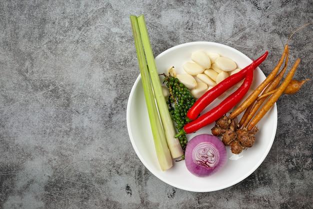 Здоровая вегетарианская еда в пакетиках с овощами, фруктами и овощами в цвете супермаркет покупки, еда и чистая вегетарианская еда концепции. Бесплатные Фотографии