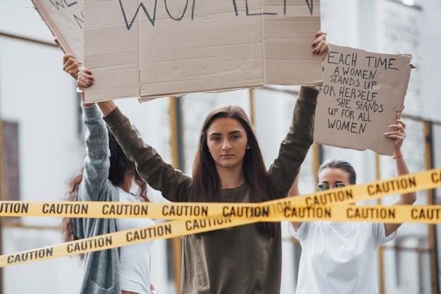 Услышь нас. группа женщин-феминисток протестует за свои права на открытом воздухе Бесплатные Фотографии