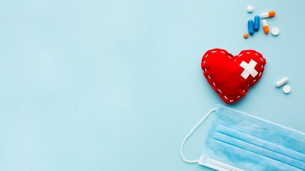 Сердце и медицинская пыль маска копией пространства Premium Фотографии