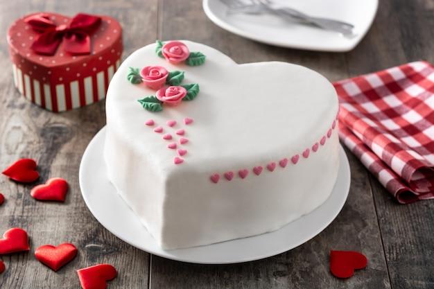 Heart cake for st. valentine's day Premium Photo