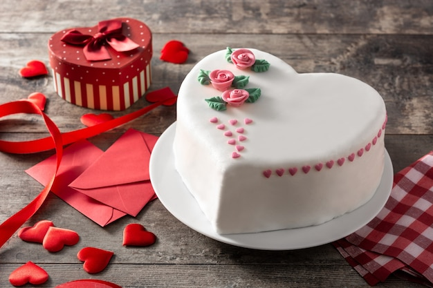 Heart cake for st. valentine's day Premium Photo