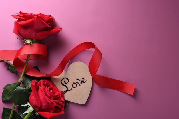 Сердце картон с красными розами Premium Фотографии