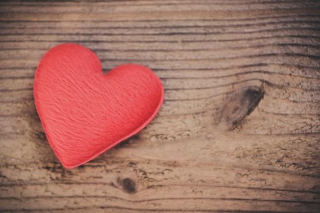 木の心は愛を与えます慈善活動はバレンタインデーを世話します Premium写真