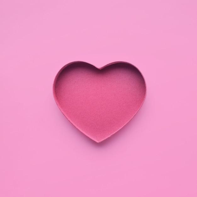ピンク色のハート型の紙。 Premium写真