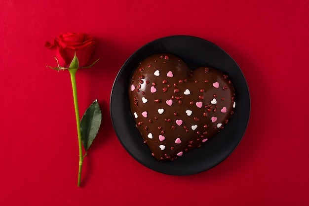 Heart shaped cake and red rose for valentine's day Premium Photo
