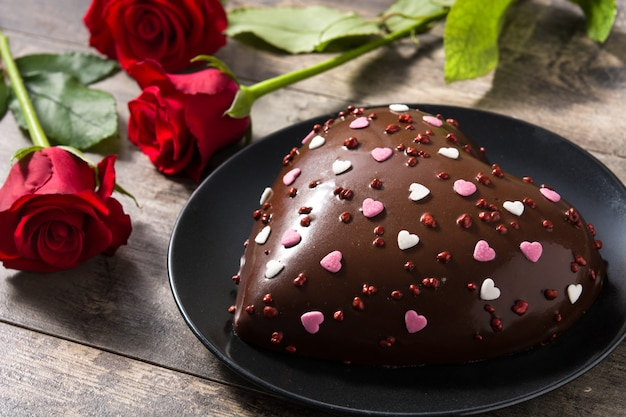 Heart shaped cake and red roses Premium Photo