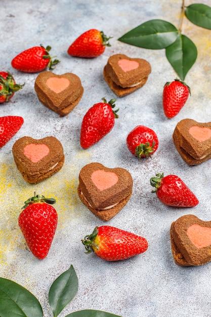 ハート型のチョコレートとストロベリークッキー、新鮮なイチゴ、上面図 無料写真