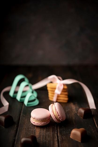 Шоколадные конфеты в форме сердца с макаронами и копией пространства Бесплатные Фотографии