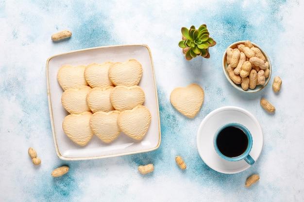 심장 모양의 땅콩과 쿠키. 무료 사진