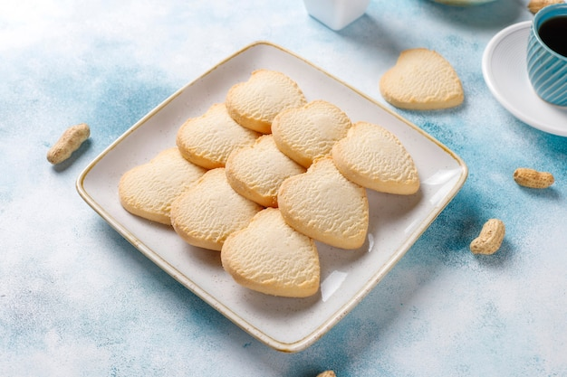 Biscotti a forma di cuore con arachidi. Foto Gratuite