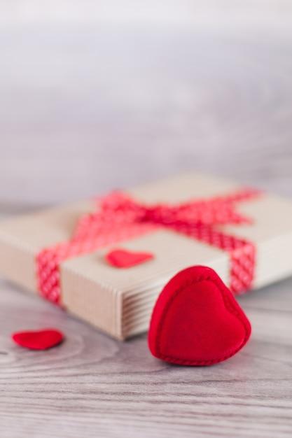 バレンタインデーのハートとギフト 無料写真
