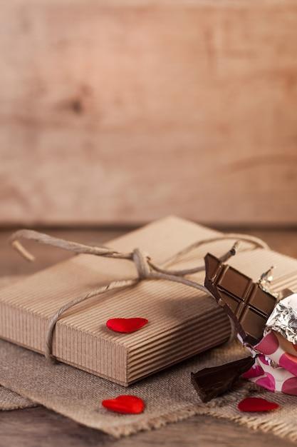 하트, 초콜릿, 나무 배경에 발렌타인 선물 무료 사진