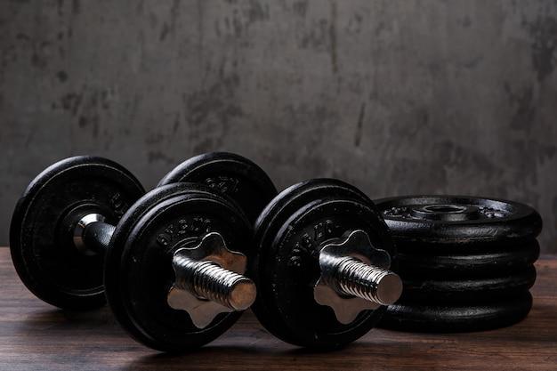 Heavy black dumbbells Premium Photo