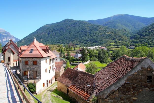 Hecho долина деревни каменные улицы в пиренеях Premium Фотографии