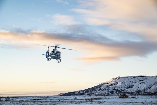 ヘリコプターは雪に覆われたツンドラの上を飛ぶ 無料写真