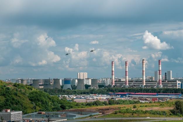 모스크바 외곽의 산업 지역에서 도시의 헬리콥터 프리미엄 사진