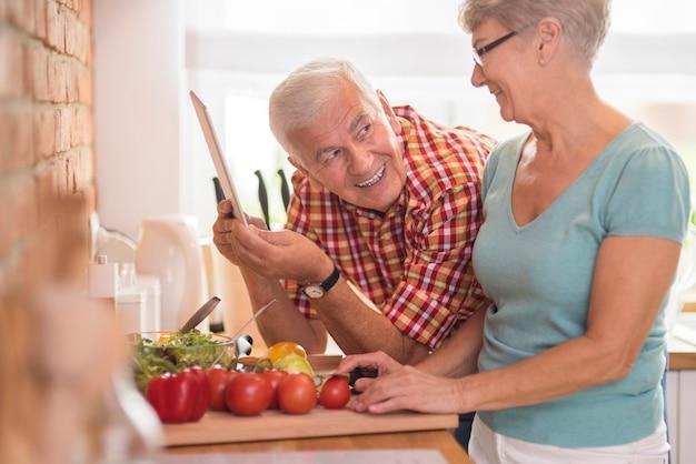 健康的な食事を準備する親切な男性と彼の妻 無料写真