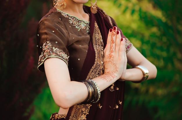 Хна свадебный дизайн, женщина руки с черной татуировкой менди. руки индийской невесты женщина с черными татуировками хной. мода. индия Premium Фотографии