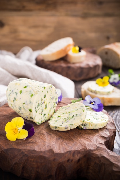 Herb butter with edible flowers Premium Photo