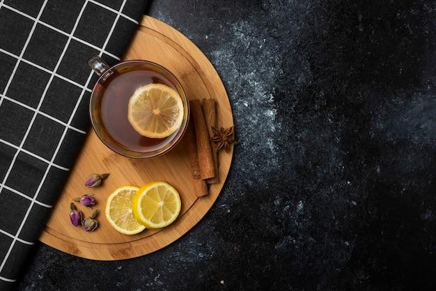 Tè invernale alle erbe nelle tazze. Foto Gratuite