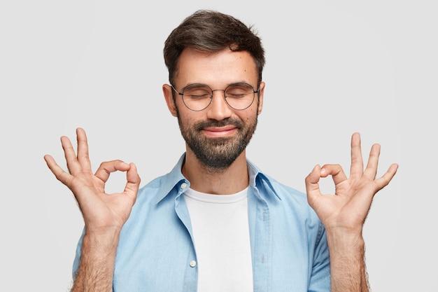 Эй, у меня нет! доволен довольный мужчина с густой бородой, жестом говорит, что все нормально и под контролем Бесплатные Фотографии