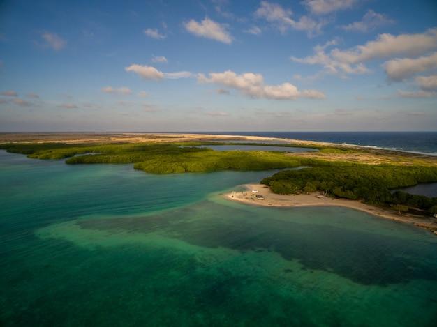 Colpo di angelo alto di una bellissima isola tropicale esotica a bonaire, caraibi Foto Gratuite