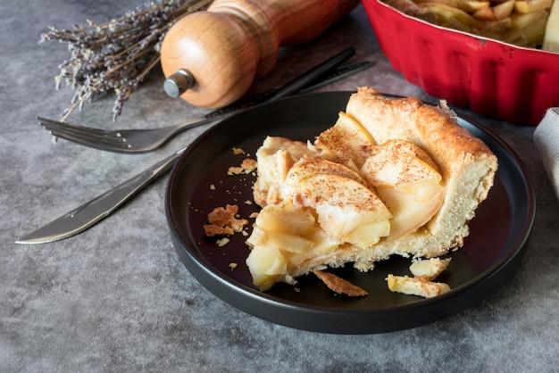 Ломтик яблочного пирога под высоким углом на тарелке Бесплатные Фотографии