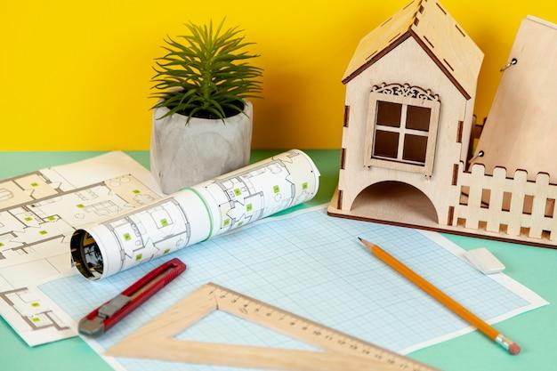 Высокий угол архитектурных объектов на столе Бесплатные Фотографии