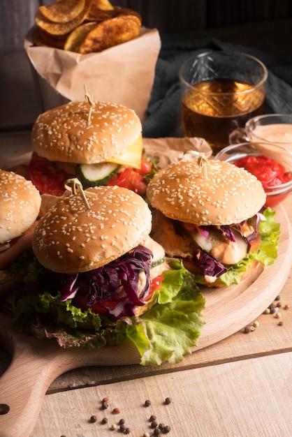 Disposizione ad alto angolo di gustosi hamburger Foto Gratuite