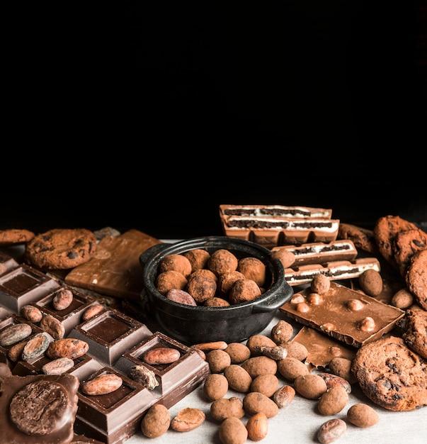 チョコレートスイーツのハイアングル盛り合わせ 無料写真