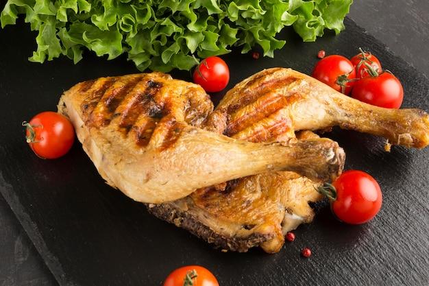 하이 앵글 구운 닭고기와 토마토 무료 사진