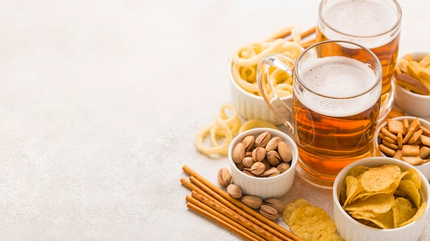 ハイアングルビールとスナックフレーム 無料写真