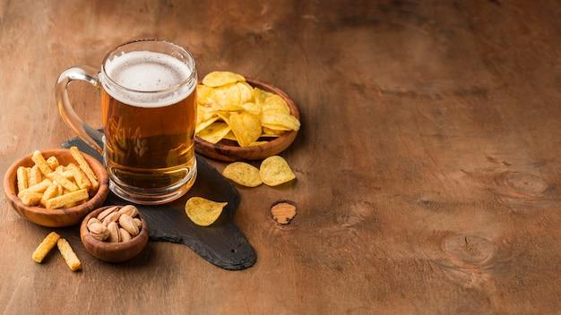ハイアングルビールジョッキとチップ 無料写真