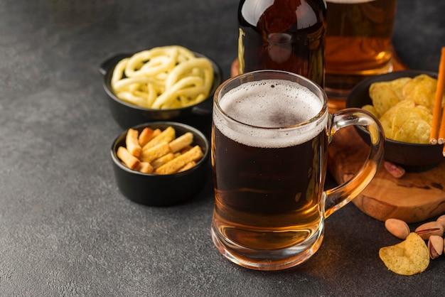 ハイアングルビールジョッキとスナック 無料写真