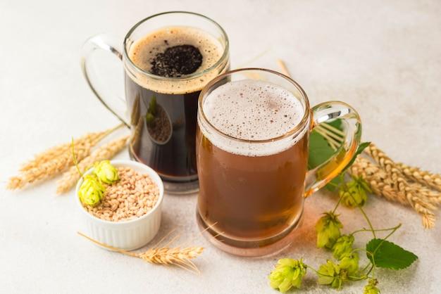 ハイアングルビールジョッキと小麦の種 無料写真
